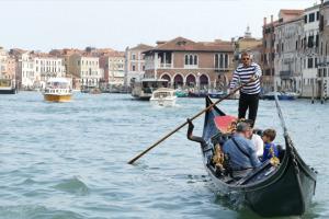 Venezia e la sua laguna sono un simbolo dell'Italia nel mondo: una storia fatta di arte, conquiste e commercio, anche di vino, grazie alle imprese di tanti intraprendenti vignaioli, tornate all'antico splendore tra i vigneti nascosti della città