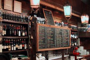 Tempio del vino italiano e mondiale, l'Antica Bottega del Vino di Verona, nei giorni di Vinitaly, è un must per appassionati e protagonisti della scena enoica. Locale che ha ritrovato impulso sotto la proprietà delle Famiglie dell'Amarone d'Arte