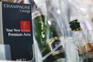 Come si comunica lo Champagne in Germania? Con una lounge a tema, che crea l'atmosfera giusta per degustare le bollicine francesi, un Qr Code per avere informazioni sulle 60 aziende presenti, e tanto, tanto relax