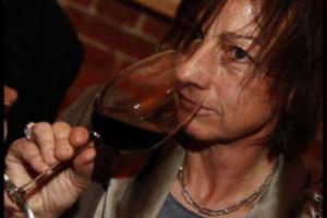 ''Inno, in molte culture, vuol dire celebrazione: quale nome migliore per un vino, specie se ha l'ambizione, in qualche modo di rivoluzionare il mondo enoico, entrando a far parte del progetto di Farinetti Vino Libero?''
