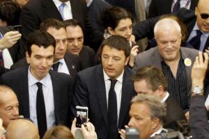 ''Il problema non gli è i bere, gli è i ribere''. Il ciclone Renzi si abbatte su Vinitaly e, in un bagno di folla, tra strette di mano, saluti e ''selfie'', c'è stato anche il tempo per un brindisi a Castello Banfi, azienda leader di Montalcino