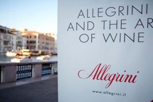 La griffe dell'Amarone Allegrini celebra al Peggy Guggenheim Museum di Venezia i 30 anni dei suoi vini simbolo, La Grola e La Poja, ''perché anche la nascita di un vino, prodotto artigianale, segue comunque un percorso artistico''