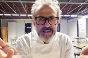 """""""7-8 anni fa dicevo: Eataly è una """"cattedrale"""" del 21esimo secolo. La gente viene in pellegrinaggio ad assaggiare i grandi i prodotti italiani"""". Gli auguri speciali per i 10 anni della creatura di Farinetti dallo chef n. 1 al mondo, Massimo Bottura"""
