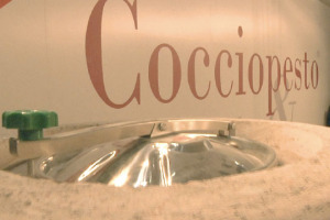 """Dopo cemento, botte, terracotta, pietra e acciaio, ora arriva il """"cocciopesto"""", il nuovo materiale totalmente naturale per conservare il vino prodotto da Drunk Turtle, azienda di vasi vinari"""