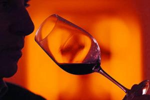 Attenzione per ciò che si fa, coinvolgendo tutti i nostri sensi, amore per il vino e per il consumatore, da guidare nella scelta, ma anche la curiosità di assaggiare centinaia di vini ogni settimana, la voglia di migliorarsi e una buona memoria