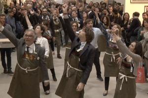 """Balla che ti passa: dai ritmi tradizionali della Sicilia a musiche moderne, è successo anche questo a Vinitaly, con il """"flash-mob"""" ballerino della storica cantina siciliana Tasca d'Almerita. Con appassionati e produttori protagonisti"""