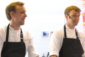 """Fuori dalle rotte tradizionali della gastronomia mondiale, la Russia si sta facendo largo con un mix di prodotti e tecniche nuove ed antiche: un esempio del nuovo corso russo è il """"Twins"""" di Mosca, dei gemelli Ivan e Sergey Beretzuskiy"""