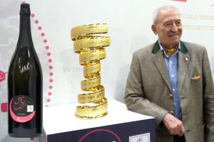 Il Giro d'Italia svela la Franciacorta Stage, eno-tappa tra i vigneti delle bollicine (23 maggio). A WineNews, il direttore del Giro Mauro Vegni, il presidente Franciacorta Vittorio Moretti e il vicedirettore de La Gazzetta dello Sport Pier Bergonzi