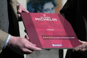 """Due grandi brand dell'enogastronomia mondiale si alleano: la Guida Michelin firma la piastrella che celebra le """"5 stelle"""" della vendemmia 2016 del Brunello di Montalcino. Marco Do (Michelin Italia): """"uniti nel segno della passione per l'eccellenza"""""""