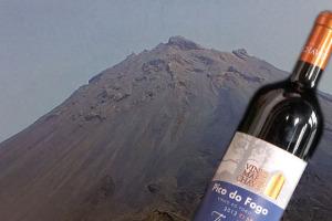 Il vino come strumento per migliorare le condizioni di vita delle persone svantaggiate: nascono con questo intento i vini di Pico do Fogo, a Capo Verde, che serviranno a mantenere un ospedale, recuperando una insospettabile storia enoica