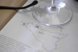 La Sicilia del vino, espressione di tante diversità di territori, vitigni e filosofie, marcia unita verso il futuro, forte di una crescita negli ultimi che l'ha portata alla ribalta internazionale, e che ha mostrato il meglio a Sicilia en Primeur