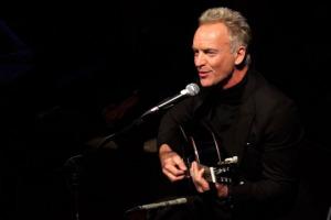 """""""Una bella canzone racconta una storia, il vino racconta la storia di tutti quelli che lavorano per produrlo"""": così a WineNews il cantante e produttore Sting, che ha sancito con la sua formella le """"4 stelle"""" per il Brunello di Montalcino 2017"""