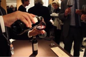 Finita quella tra i filari, per le griffe del vino italiano è di nuovo tempo di ... vendemmia. A Milano, nelle vetrine delle firme dell'alta moda di via Montenapolenone, all'insegna della bellezza, dell'artigianalità e della cura dei particolari