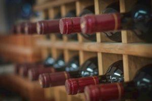 Conservare le bottiglie distese in cantina? Non serve. Ed accelera il deterioramento del tappo