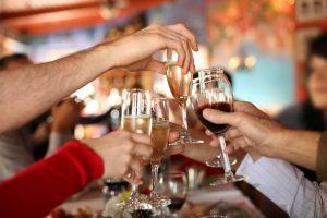 Il vino resta la bevanda preferita dagli italiani, ma sempre meno (il 19%) lo bevono ogni giorno