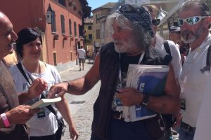 Dal vino al valore delle cose, passando per la politica: a WineNews il pensiero di Mauro Corona