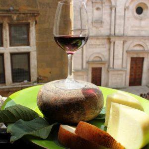Degustare un calice di vino a Pienza, la città del Rinascimento, nella Val d'Orcia Unesco