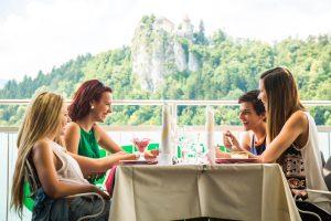 Estate, tempo di vacanze: gli italiani spendono il 35% del budget totale per mangiare al ristorante