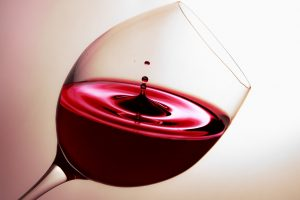 La guerra commerciale tra Usa e Ue preoccupa il vino: Federvini scrive al Governo