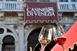 """È già tempo di """"Calici di Stelle"""", al Casinò di Venezia, con 100 vini italiani sul Canal Grande"""