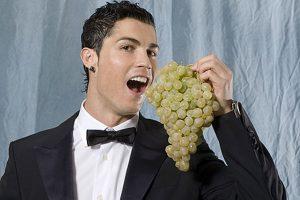 Proteine e frutta e niente alcol, se non qualche bicchiere di vino: la dieta di Cristiano Ronaldo