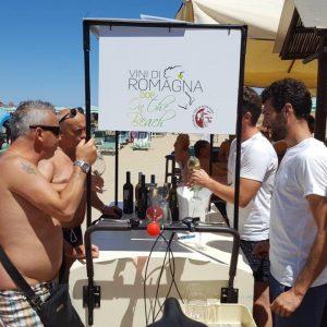 Niente cocktail fresco in spiaggia, nella modaiola riviera Romagnola sotto l'ombrellone c'è il vino