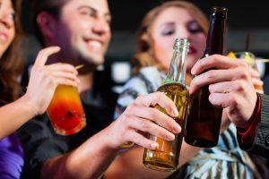 Altro che giovani scapestrati, i teenager Usa bevono sempre meno, addio binge drinking