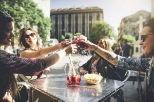 Vacanze senza regole, ecco quando iniziano a bere gli europei: per gli inglesi prima birra alle 15