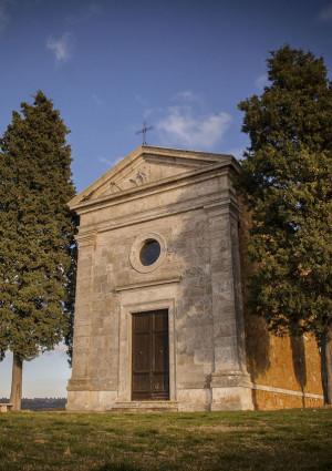 Gli eventi, con la Cappella di Vitaleta in Val d'Orcia e la Via del Sale in Alta Langa sullo sfondo