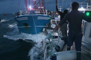 """Rissa navale tra i pescatori inglesi e francesi: nella Manica scoppia la """"Guerra delle Capesante"""""""