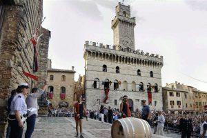 """Tra le """"Cantine in Piazza"""" e """"A Tavola con il Nobile"""", Montepulciano rievoca il Bravìo delle Botti"""