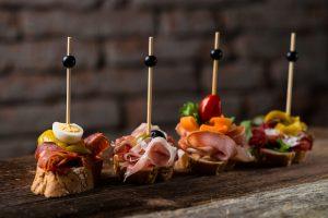 Gastronomia come souvenir: tra i ricordi di viaggio più belli le cucine di Spagna, Grecia e Francia