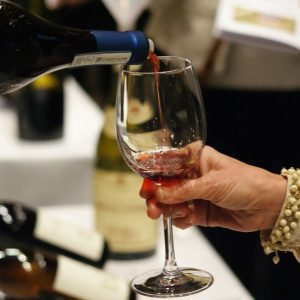Iwsr: nel 2022 consumi di alcolici nel mondo a 336 miliardi di bottiglie e 1.070 miliardi di dollari