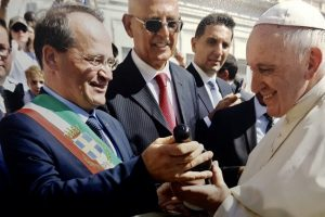 Cities of Wine, Embracing the Pope