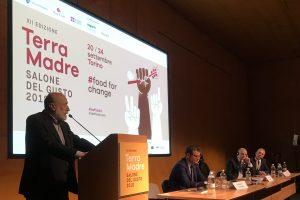 """""""Non saremo noi ad aiutare i contadini, ma loro ad aiutare noi"""": il messaggio di Carlo Petrini"""