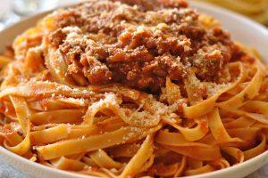 Il ragù della domenica preparato dalla nonna tra i ricordi preferiti degli italiani