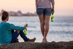 Giovani italiani e alcol, un rapporto in continua evoluzione: dal vino alla birra al binge drinking