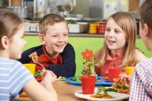 Ai bambini piace mangiare a mensa. Soprattutto perché lo fa insieme ai compagni di scuola