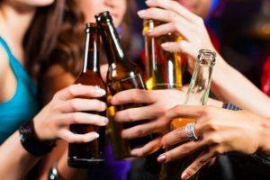 """Italiani superano l'""""esame"""" di alcol: in media si beve nella giusta quantità, ma si inizia presto"""