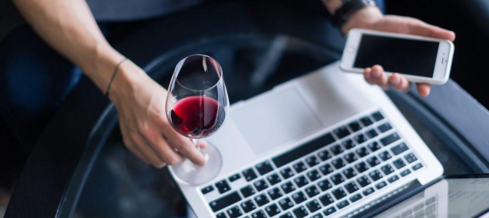 Scoprire, imparare, acquistare: il vino corre sul digitale tra app e assistenti vocali