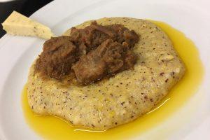 La miglior ricetta della cucina di campagna? Goulash di vitello con polenta rustica e frant