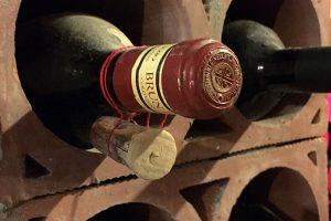 La ricolmatura delle vecchie annate di Brunello, rito che si rinnova nelle sue storiche cantine