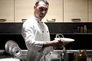 La nuova ricetta italiana per sopravvivere a pranzi e cene con parenti e amici? Lo chef a domicilio