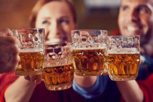 """Più competenti e curiosi, 7 italiani su 10 ordinano birra al ristorante. Tutto l'anno e """"speciale"""""""