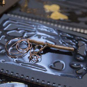 Capsule, tappi, tralci & Co. Se i materiali di recupero del vino diventano oggetti di arte e design
