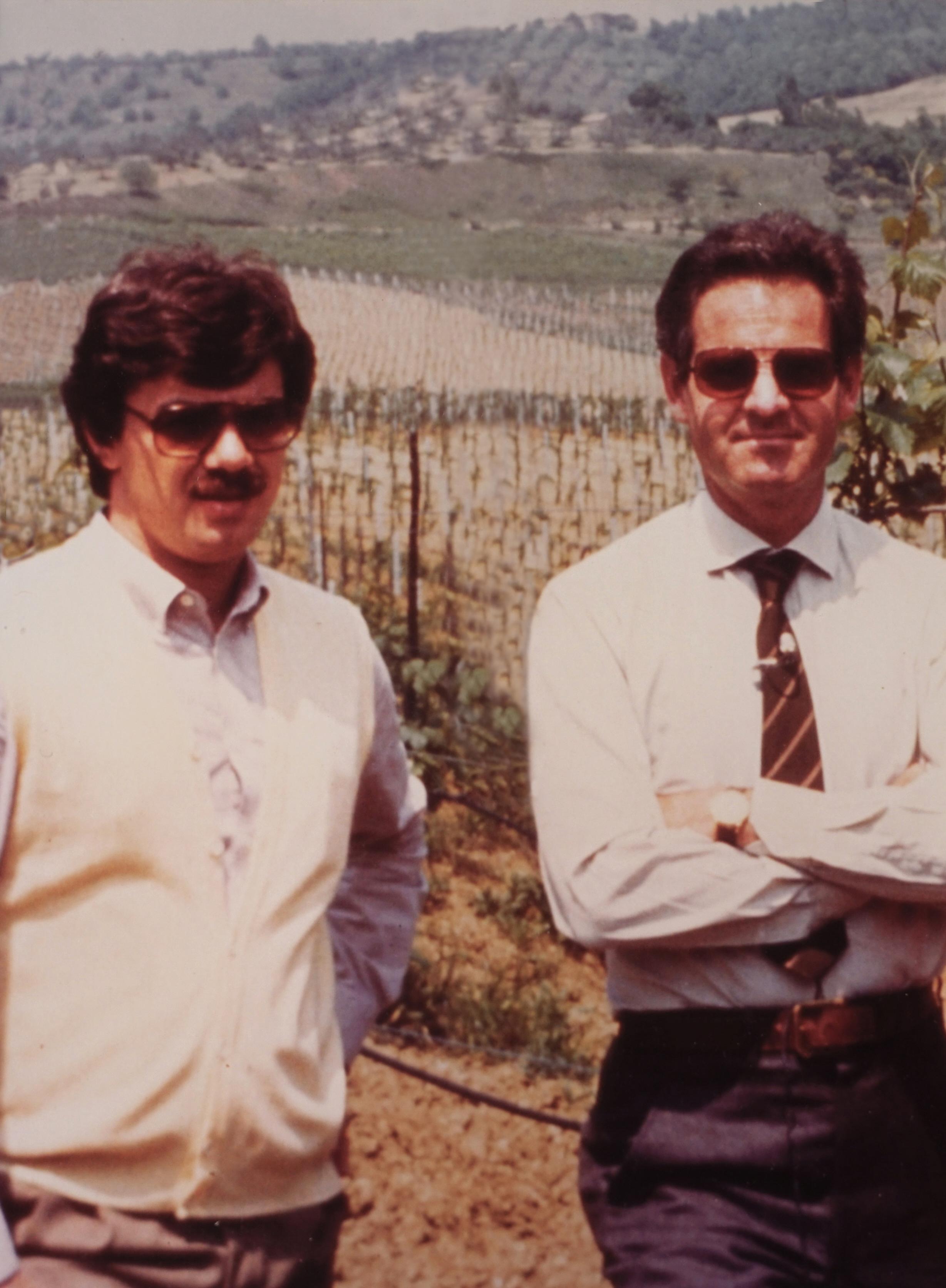 Renzo Cotarella e Piero Antinori tra i vigneti di Castello della Sala, negli anni 80