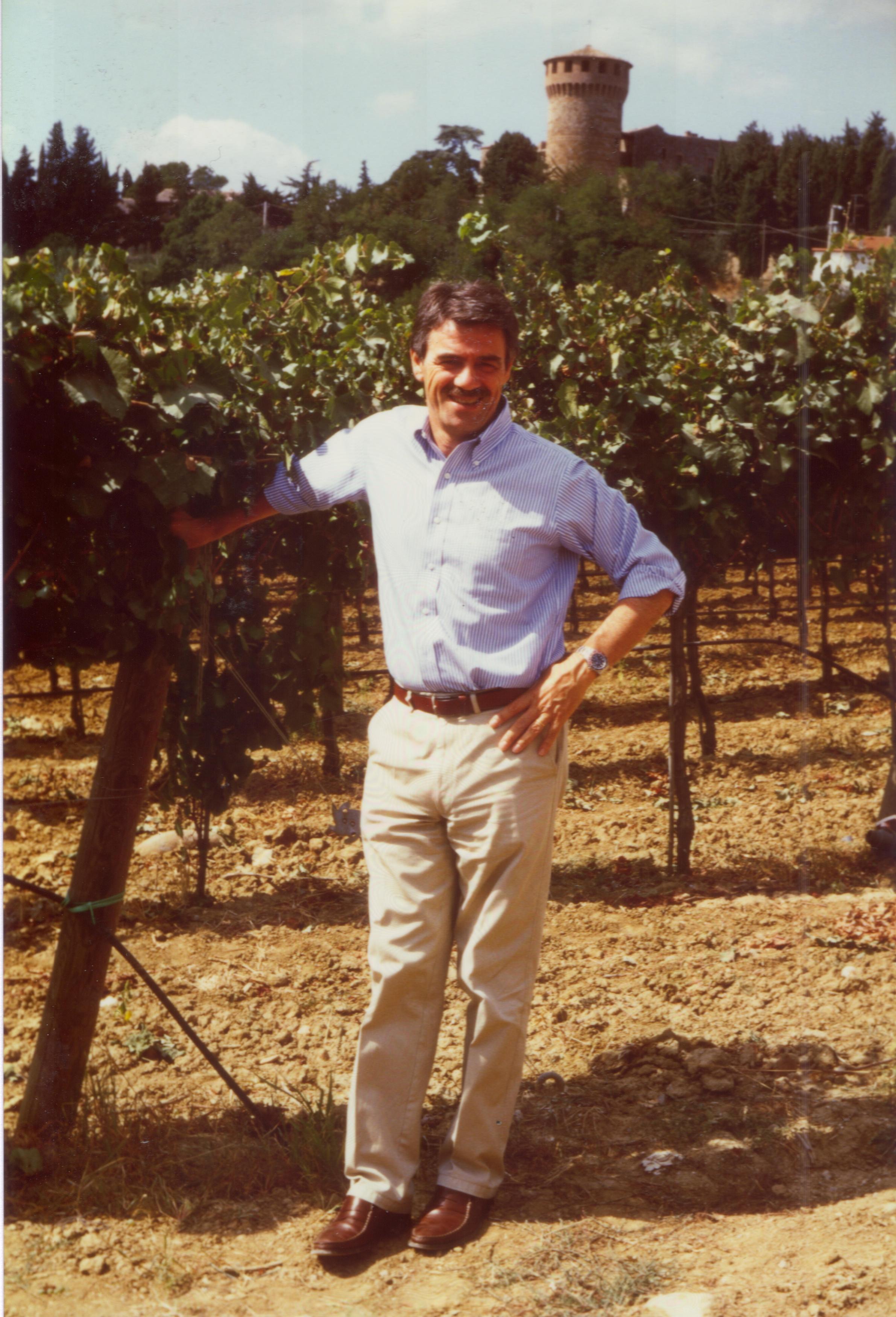 Renzo Cotarella tra i vigneti di Castello della Sala, negli anni 80