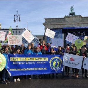 """Con un milione di firme """"Salviamo api e agricoltori!"""": campagna europea per una nuova agricoltura"""