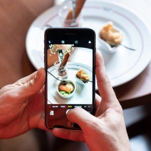 Scegliere un ristorante? Ci si affida ai consigli, ma di web e influencer: l'indagine OpenTable